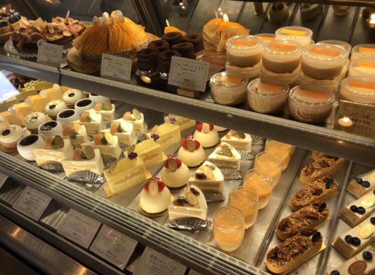 桑名市にあるPtisserie anneauに陳列されたケーキ